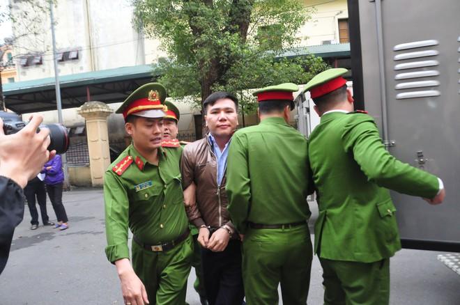 Mẹ cô gái gào khóc oán trách nam ca sỹ Châu Việt Cường tại phiên toà - ảnh 6