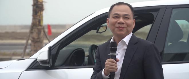 Tỷ phú Phạm Nhật Vượng xuất hiện bên chiếc LUX SA2.0, quyết định đổi từ Lexus sang xe VinFast - Ảnh 1.