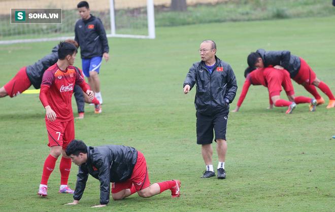 HLV Park Hang-seo nghiêm khắc, giơ tay dọa đánh học trò ở U23 Việt Nam - Ảnh 10.