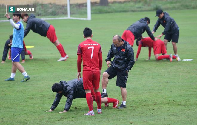 HLV Park Hang-seo nghiêm khắc, giơ tay dọa đánh học trò ở U23 Việt Nam - Ảnh 11.