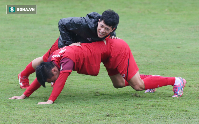 HLV Park Hang-seo nghiêm khắc, giơ tay dọa đánh học trò ở U23 Việt Nam - Ảnh 14.