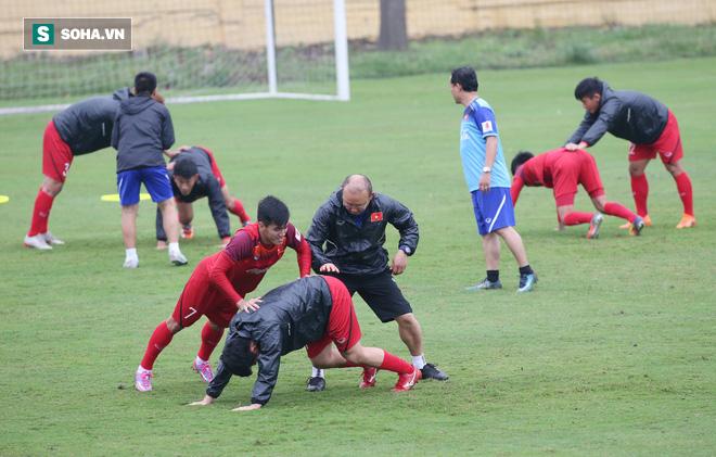HLV Park Hang-seo nghiêm khắc, giơ tay dọa đánh học trò ở U23 Việt Nam - Ảnh 13.