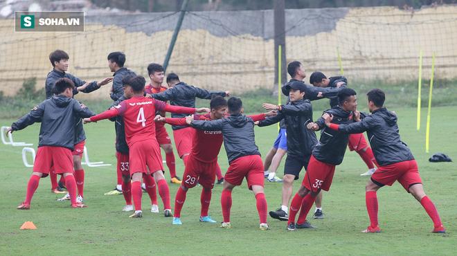 HLV Park Hang-seo nghiêm khắc, giơ tay dọa đánh học trò ở U23 Việt Nam - Ảnh 2.