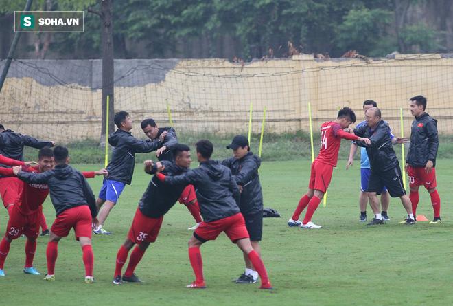 HLV Park Hang-seo nghiêm khắc, giơ tay dọa đánh học trò ở U23 Việt Nam - Ảnh 3.
