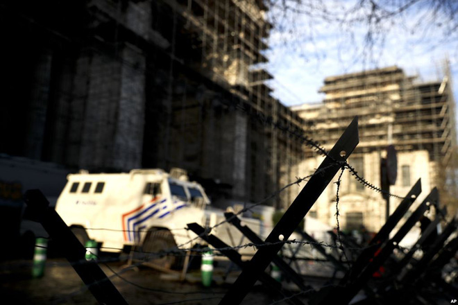 24h qua ảnh: Tiền thật được dùng làm cây giả trên đường phố Venezuela - Ảnh 9.