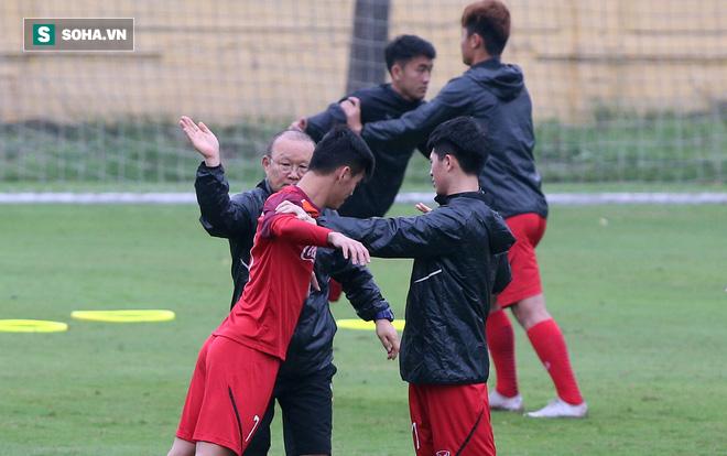 HLV Park Hang-seo nghiêm khắc, giơ tay dọa đánh học trò ở U23 Việt Nam - Ảnh 4.