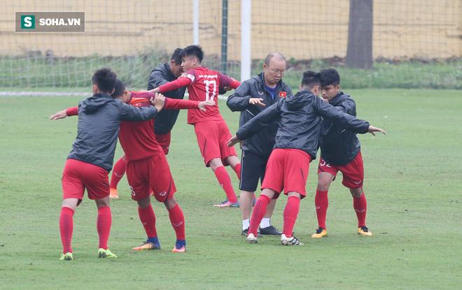 HLV Park Hang-seo nghiêm khắc, giơ tay dọa đánh học trò ở U23 Việt Nam - Ảnh 5.