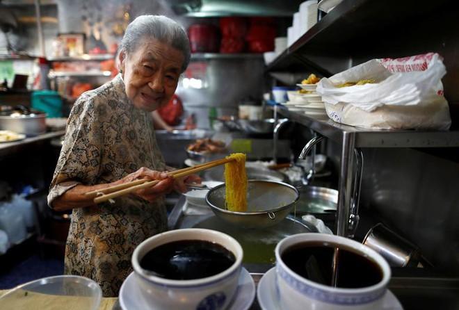 24h qua ảnh: Tiền thật được dùng làm cây giả trên đường phố Venezuela - Ảnh 5.