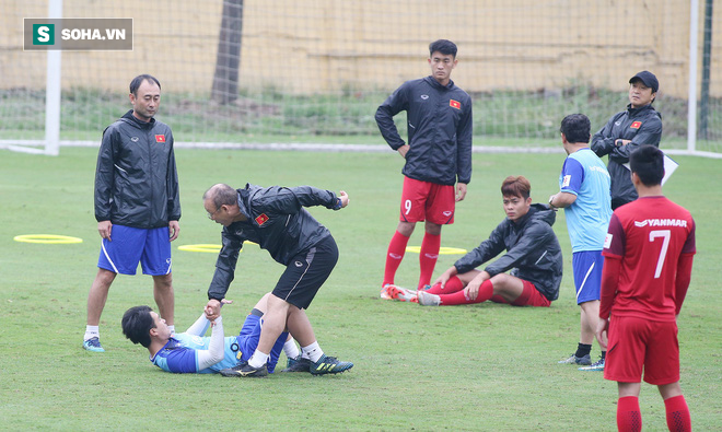HLV Park Hang-seo nghiêm khắc, giơ tay dọa đánh học trò ở U23 Việt Nam - Ảnh 8.