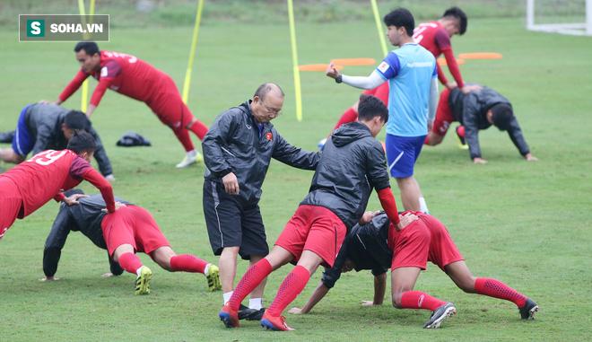 HLV Park Hang-seo nghiêm khắc, giơ tay dọa đánh học trò ở U23 Việt Nam - Ảnh 9.