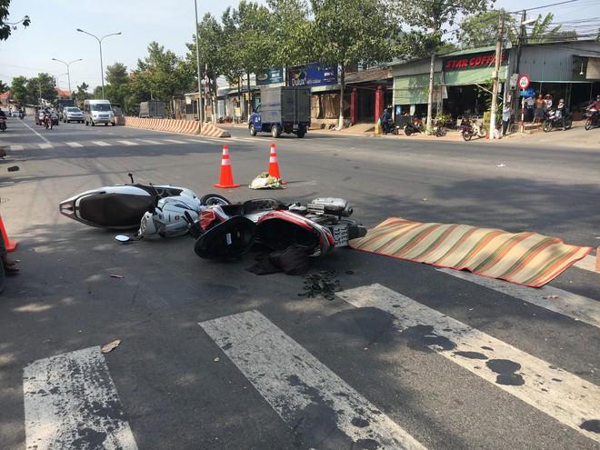 Tai nạn liên hoàn giữa 2 xe máy và xe khách, người đàn ông bị cán chết - Ảnh 1.