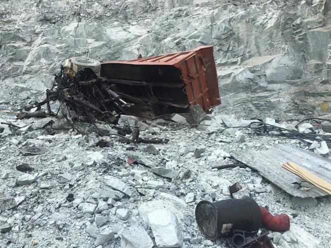 Xe ben lao xuống hầm đá sâu hơn 100m khi đang lên dốc, nam tài xế chết thảm - Ảnh 2.