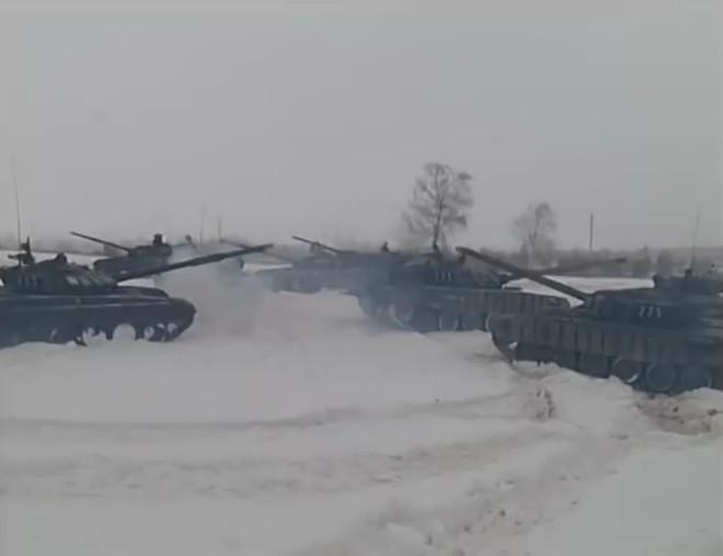 Lính xe tăng Nga chào mừng ngày 8/3 theo cách có một không hai - ảnh 1