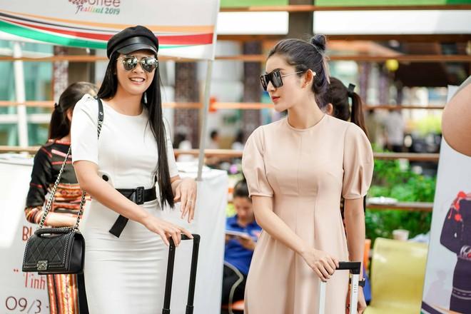 """Các hoa hậu, á hậu Việt """"đổ bộ"""" sân bay Buôn Mê Thuột ngày 8/3 - Ảnh 1."""