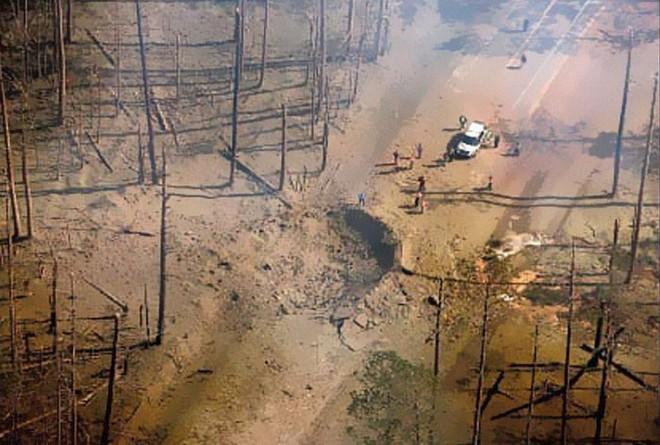 Mỹ: Tài xế xả thân mình lái xe bồn bốc cháy rời xa khu dân cư trước khi phát nổ - Ảnh 3.