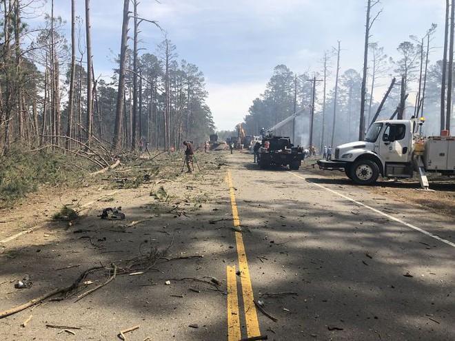 Mỹ: Tài xế xả thân mình lái xe bồn bốc cháy rời xa khu dân cư trước khi phát nổ - Ảnh 4.