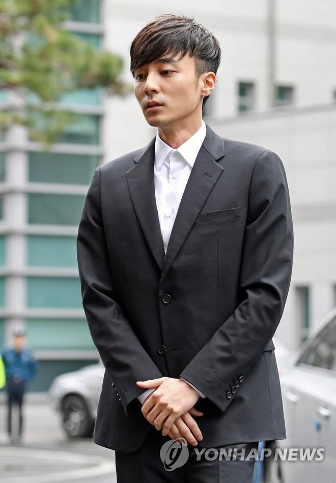 Hoàng tử sơn ca chính thức trình diện cảnh sát vì tội quay clip sex: Mặt hốc hác, phóng viên đông đến ngỡ ngàng - Ảnh 5.
