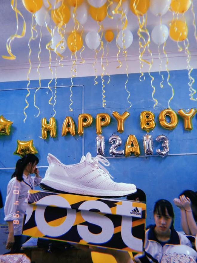 Chi tiền mua tận 25 đôi giày hiệu tặng con trai trong lớp, hội nữ sinh chịu chơi nhất thời đại đây rồi! - Ảnh 4.