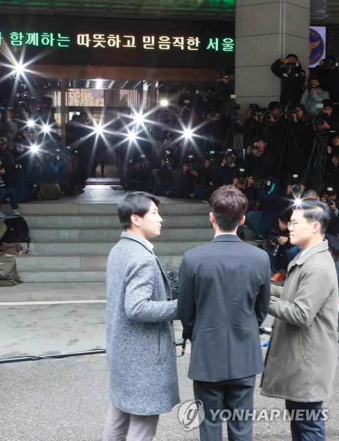 Hoàng tử sơn ca chính thức trình diện cảnh sát vì tội quay clip sex: Mặt hốc hác, phóng viên đông đến ngỡ ngàng - Ảnh 8.