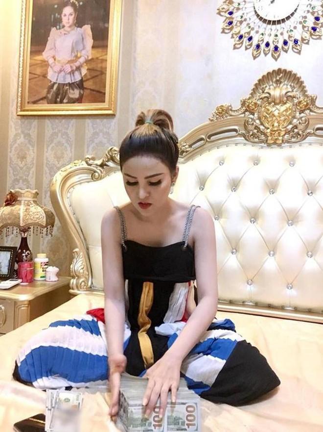 Bị cấm diễn vì quá sexy, sao nữ Campuchia điên cuồng khoe thành đại gia, tiền bạc chất đống - Ảnh 11.