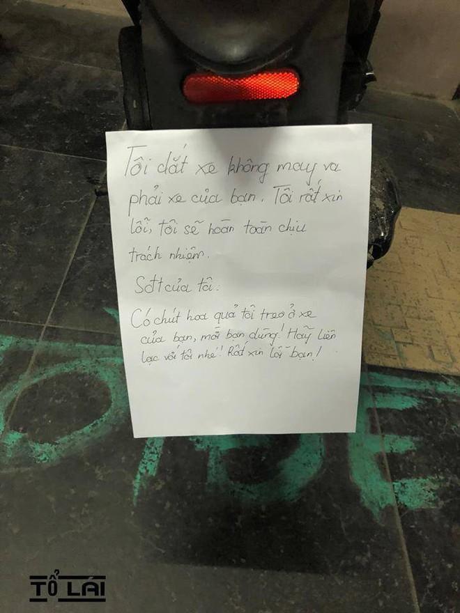 Thấy tờ giấy lạ và túi quả trên xe máy, chủ xe nhắn tin làm quen thì bị đáp trả bất ngờ - Ảnh 1.