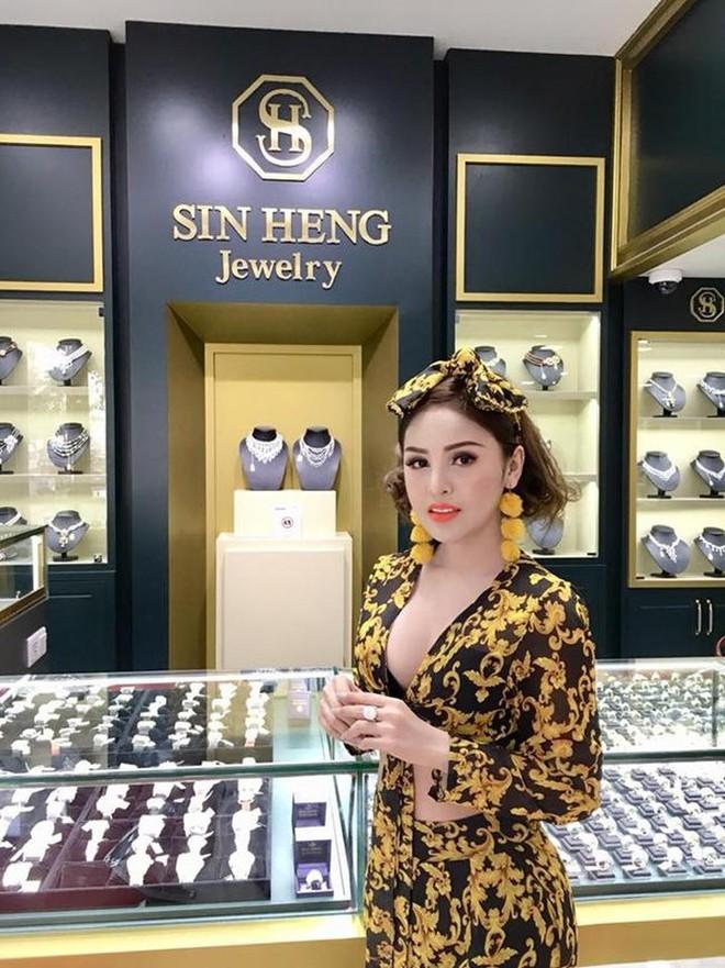 Bị cấm diễn vì quá sexy, sao nữ Campuchia điên cuồng khoe thành đại gia, tiền bạc chất đống - Ảnh 10.
