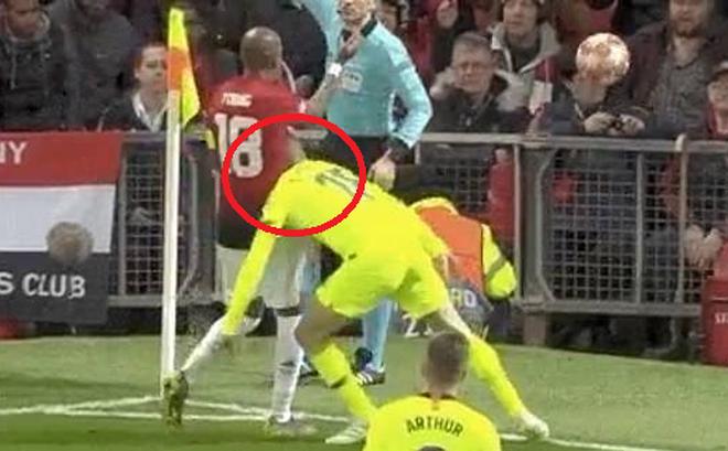 Hài hước trướ màn kịch vụng về của cầu thủ Barcelona: Tự lao đầu vào đối thủ rồi... kêu đau
