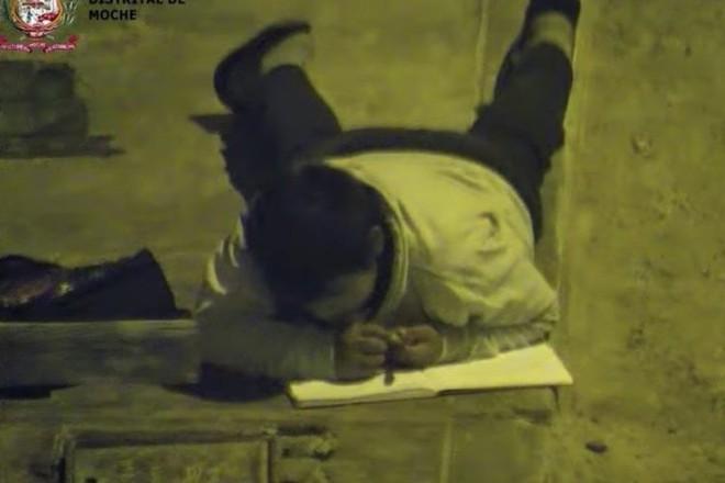 Nhói lòng hình ảnh cậu bé nằm sạp dưới đất làm bài tập nhờ ánh đèn đường vì nhà nghèo không có điện - Ảnh 3.