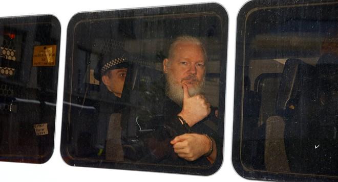 Ecuador đột ngột hủy quy chế tị nạn, nhà sáng lập WikiLeaks bị 7 người khiêng ra khỏi ĐSQ - Ảnh 1.