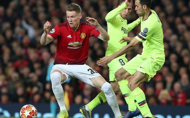"""Trong ngày Old Trafford bị """"kéo sập"""", có một Quỷ đỏ vẫn khiến Barca phải chùn chân"""