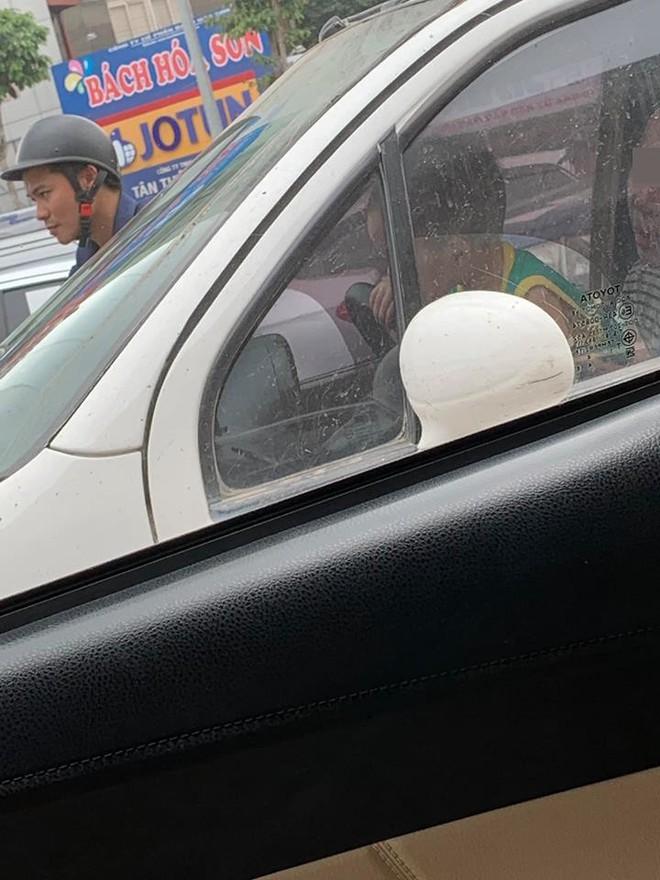 Mẹ để con nhỏ cầm vô lăng ô tô trên đường, bức ảnh chụp gây phẫn nộ - Ảnh 2.