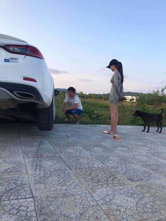 Xe hơi gặp tai nạn nhưng người ta chỉ quan tâm đến cô gái đứng bên vì ngoại hình nổi bật - Ảnh 2.
