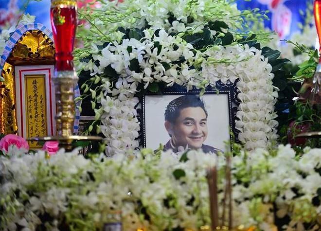 Phẫn nộ hình ảnh leo cây, đu cột livestream lễ tang Anh Vũ - Ảnh 1.