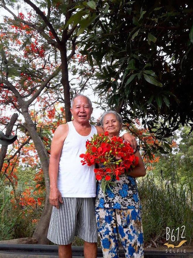 Bức ảnh ông tặng bà chùm hoa phượng gây thích thú, nhưng chuyện đằng sau mới cảm động - Ảnh 2.