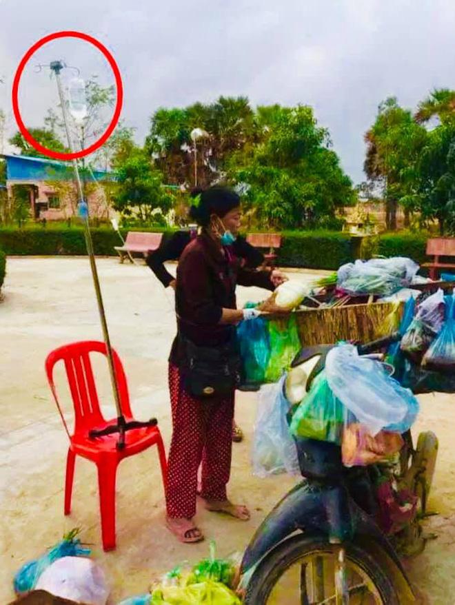Người phụ nữ thoăn thoắt bán hàng, vật cắm trên bàn tay cô khiến nhiều người thốt lên xót xa - Ảnh 1.