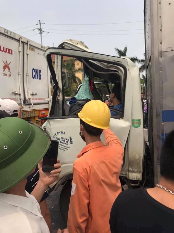 Xe container được móc cáp kéo giật ra ngoài, cậu bé trong cabin ngồi dậy khiến tất cả mừng rỡ - Ảnh 4.