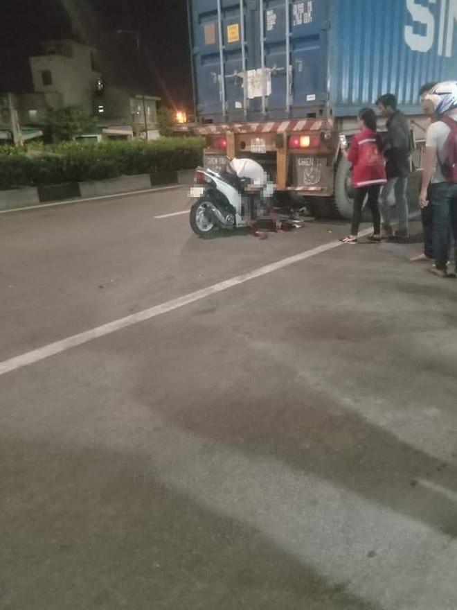 Đâm thẳng vào đuôi container, thanh niên tử vong với tư thế gập người ngồi trên xe máy - Ảnh 2.