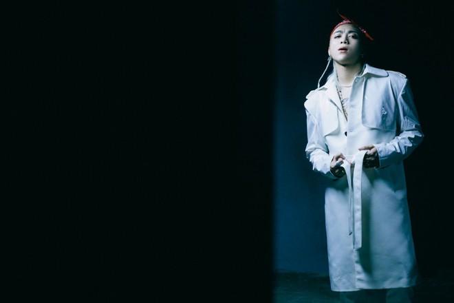 Soobin Hoàng Sơn tình tứ bên bông hồng lai 18 tuổi - Ảnh 9.