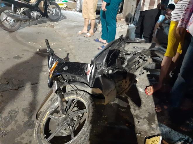 Clip: Ô tô tông xe máy rồi lao vào cửa hàng tạp hoá, người phụ nữ ngồi trong nhà gặp hoạ - Ảnh 4.