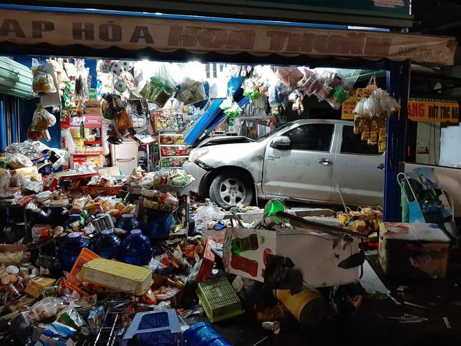 Clip: Ô tô tông xe máy rồi lao vào cửa hàng tạp hoá, người phụ nữ ngồi trong nhà gặp hoạ - Ảnh 2.
