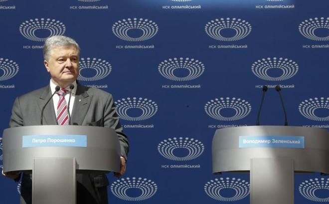 """Tranh luận 14-14-14: Tổng thống Poroshenko bị danh hài cho """"leo cây"""", phải """"độc thoại"""" suốt 45 phút"""