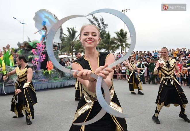 Nóng bỏng mắt màn trình diễn múa Carnival đường phố của các vũ công ngoại quốc tại Sầm Sơn - Ảnh 2.