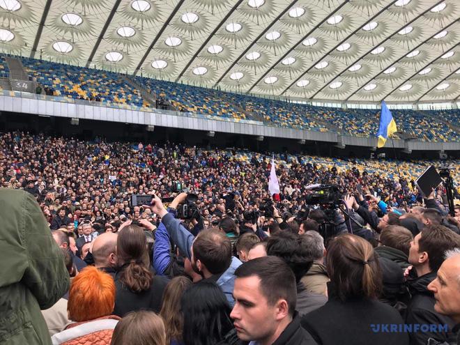 Tranh luận 14-14-14: Tổng thống Poroshenko bị danh hài cho leo cây, phải độc thoại suốt 45 phút - Ảnh 2.