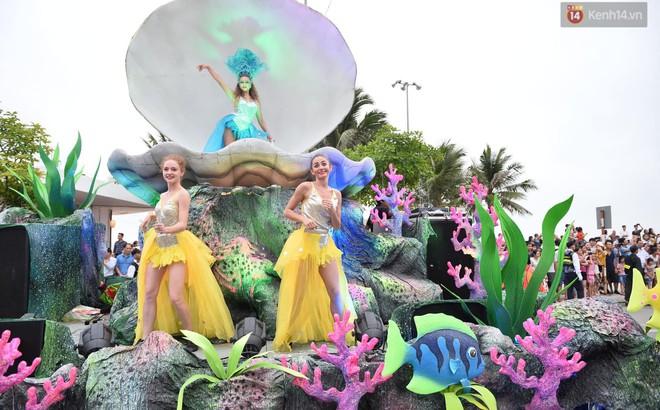 """""""Nóng bỏng mắt"""" màn trình diễn múa Carnival đường phố của các vũ công ngoại quốc tại Sầm Sơn"""