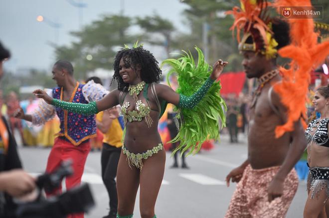 Nóng bỏng mắt màn trình diễn múa Carnival đường phố của các vũ công ngoại quốc tại Sầm Sơn - Ảnh 4.