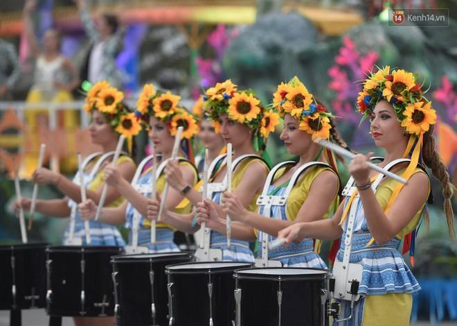 Nóng bỏng mắt màn trình diễn múa Carnival đường phố của các vũ công ngoại quốc tại Sầm Sơn - Ảnh 7.