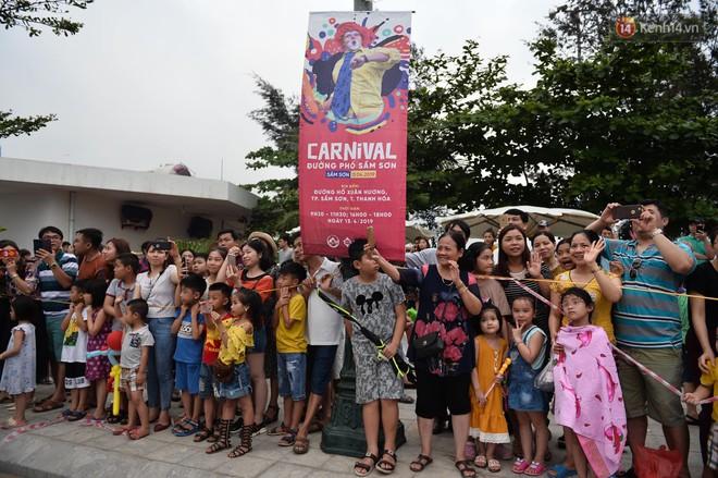 Nóng bỏng mắt màn trình diễn múa Carnival đường phố của các vũ công ngoại quốc tại Sầm Sơn - Ảnh 8.