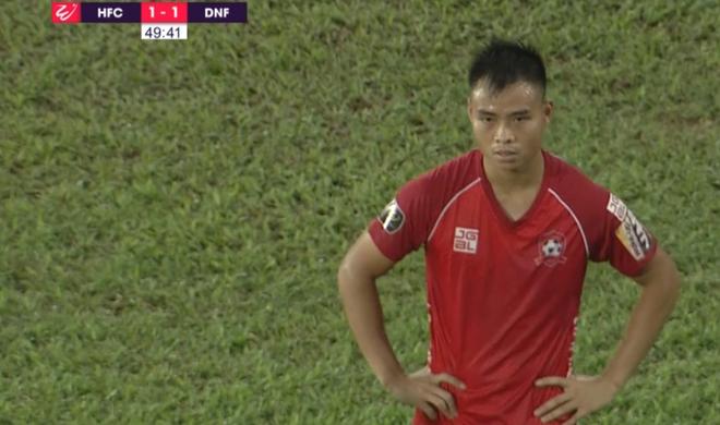 Sai lầm khó tin như trọng tài Premier League, vua áo đen Việt Nam may mắn kịp bẻ còi - Ảnh 1.