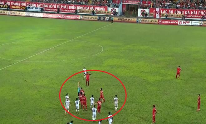 Sai lầm khó tin như trọng tài Premier League, vua áo đen Việt Nam may mắn kịp bẻ còi - Ảnh 2.