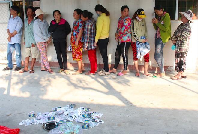 Cảnh sát bắt quả tang nhóm quý bà ở Vĩnh Long đánh bạc - Ảnh 1.